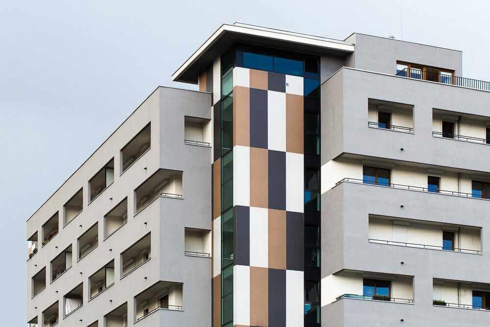 Feinsteinzeug im Großformat für Fassaden
