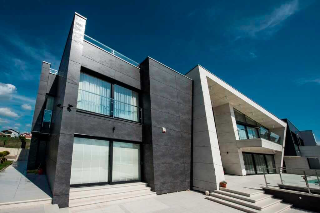 Крупноформатные плитки из керамогранита на фасадах