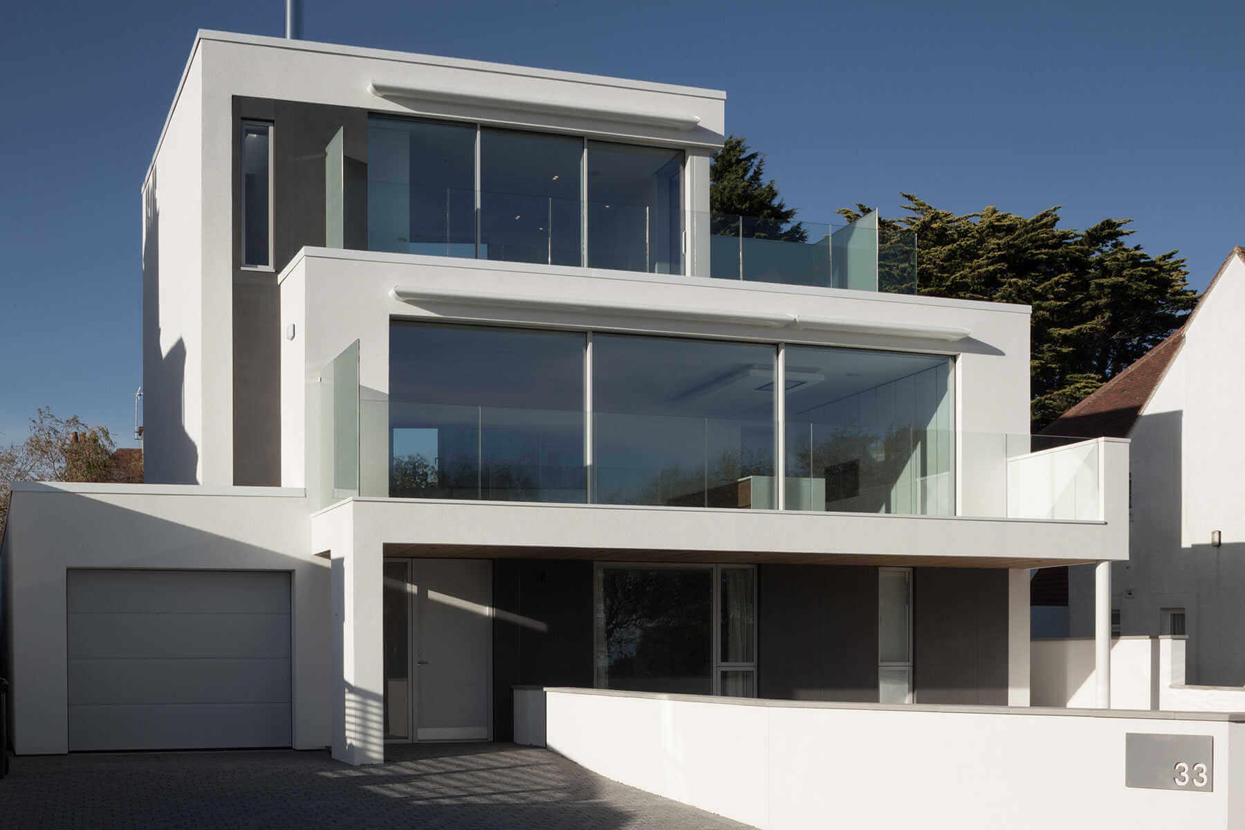 Minimalistische Hausfassaden mit extradünnem Feinsteinzeug