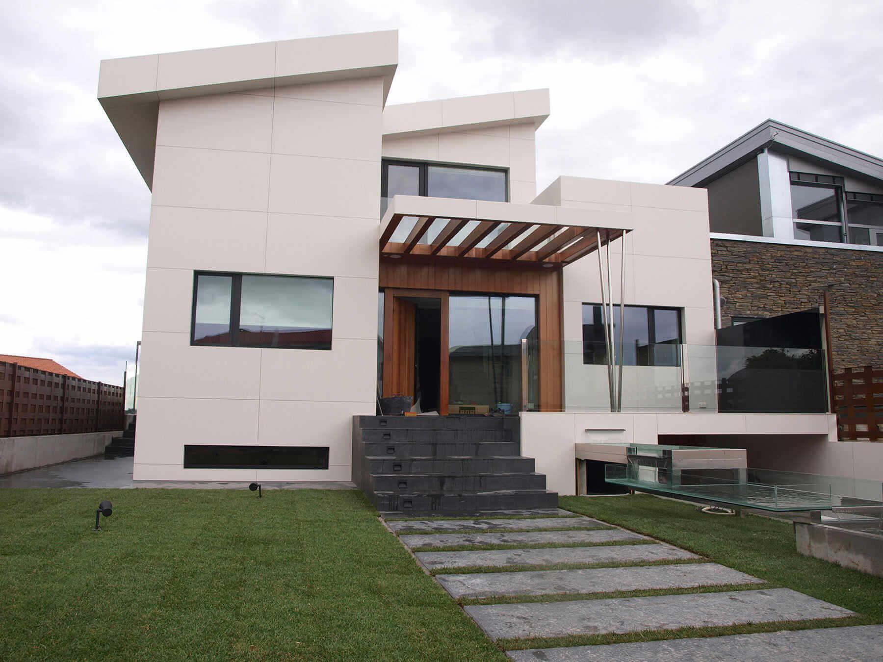 Feinsteinzeug in minimaler Stärke für Fassaden