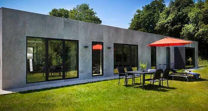 Minimalistische Fassade mit Feinsteinzeugplatte in minimaler Stärke